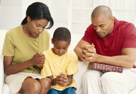 family-praying-477x330