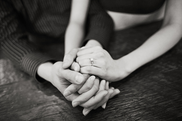 STUDIOjeanie_Handholding_holding_hands_holdinghands_heirloommagazine_BerniceMasonLIFE(pp_w609_h406)