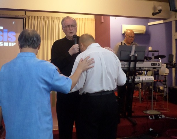 Ps.-Colin-praying-for-the-congregation-after-his-message2