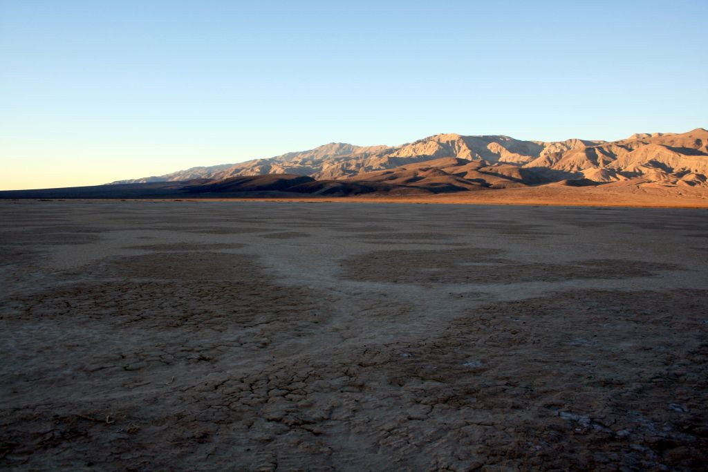 Dry_lake_bed_in_Death_Valley